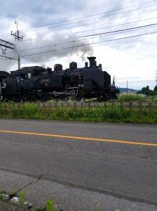 目の前を走ってる。汽車大きいね